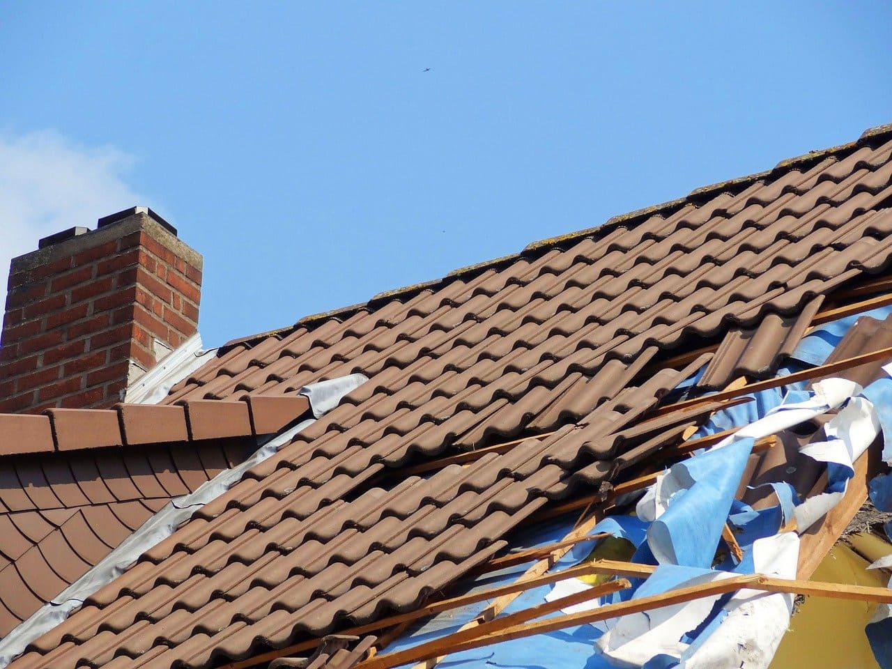 Klassische Dachziegel Und Dachpfannen Sturmschaden